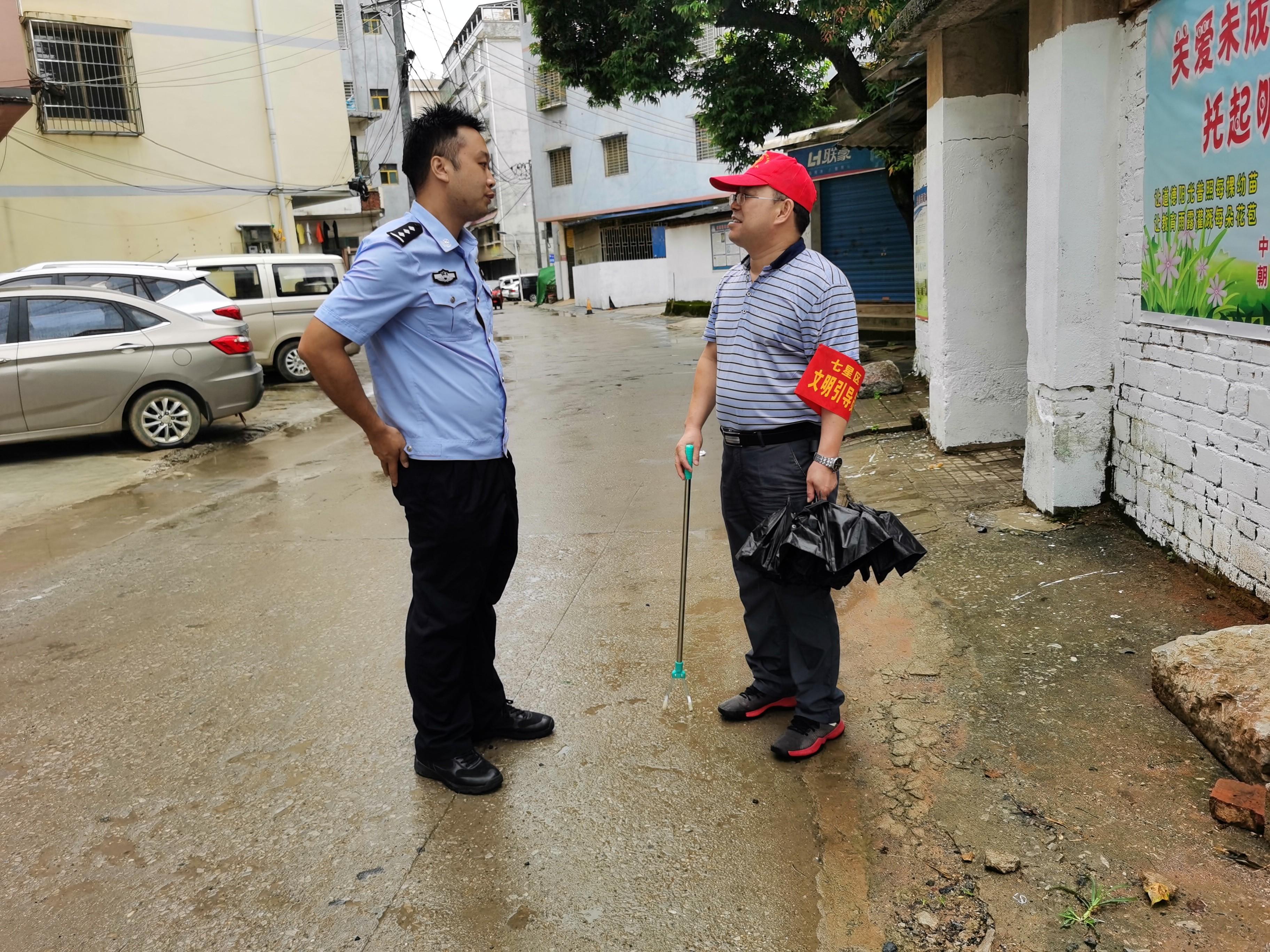 刘贵龙在岩前村开展创城工作.jpg